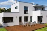 V moderně dispozičně řešených rodinných domech zpravidla nechybí jeden výstup z obytného prostoru přímo do zahrady. Ideálně z kuchyně či obývacího prostoru právě přes terasu (Individual / Hartl Haus)