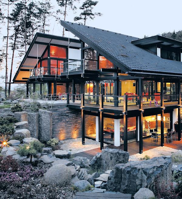 Většina stavebníků obvykle staví rodinný dům jen jedenkrát za život. A předchází tomu zpravidla časově náročná příprava, která by se měla odrazit na vzhledu a kvalitě realizované stavby. Zvlášť když dnes je tuzemská nabídka v podstatě stejná, jako kdekoli jinde ve vyspělé Evropě. A pokud jde o vysoce exkluzívní domy, jen málokdo ve světě umí nabídnout to, co například staví ryze česká firma Gradient, jejíž dům je na obrázku.